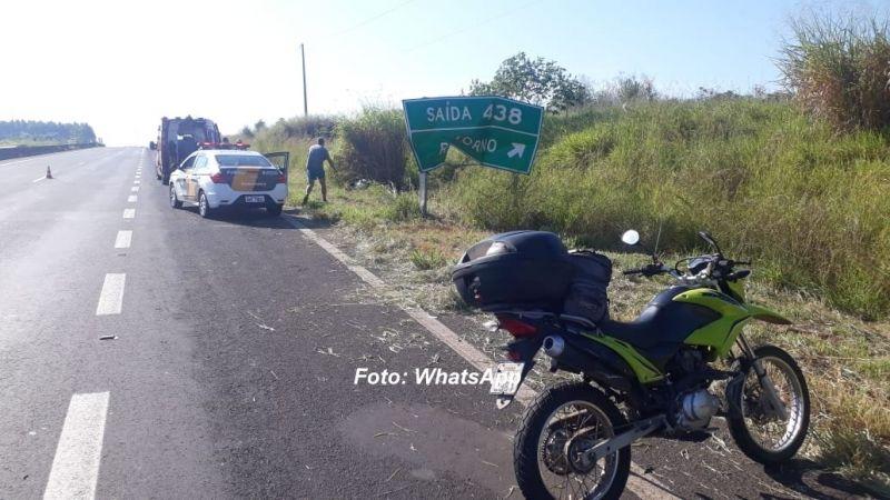 Após bater na lateral da outra moto, piloto da Suzuki chocou-se contra a placa de sinalização.