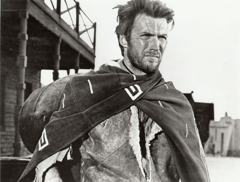Clint Eastwod no papel do cowboy que lhe projetou mundialmente em trama de Sérgio Leone