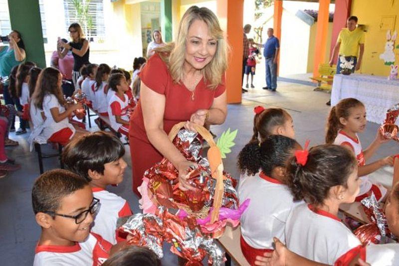 Prefeita Tina fez a entrega dos ovos de Páscoa aos alunos.