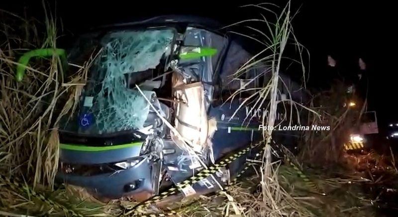A peça atingiu a frente do ônibus, matando o motorista. Seis passageiros ficaram feridos.