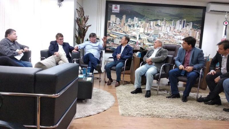 Assinatura do convênio entre Prefeitura e a Fundação Eurípides Soares da Rocha, mantenedora do Univem aconteceu no gabinete do prefeito