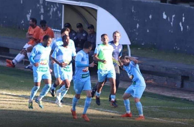 Jogadores do MAC comemoram o gol da vitória contra o Rio Branco