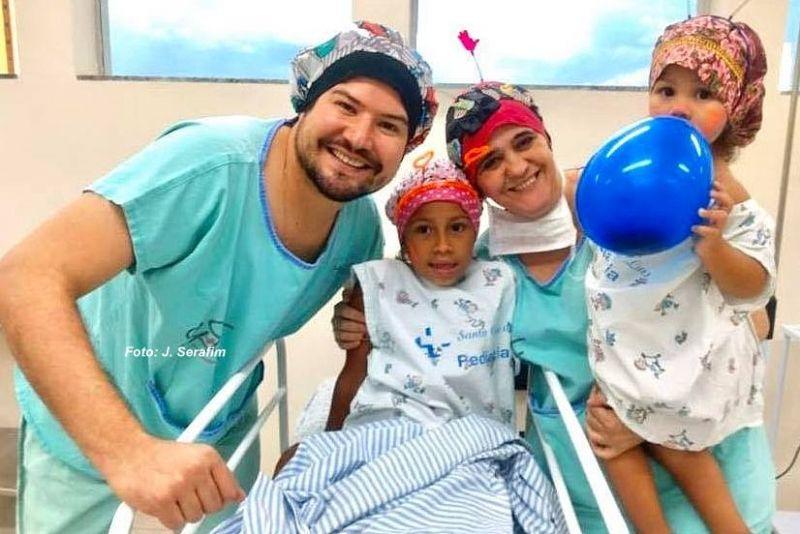 A equipe do dr. Lucas Antônio da Costa faz de tudo para tranquilizar as crianças.