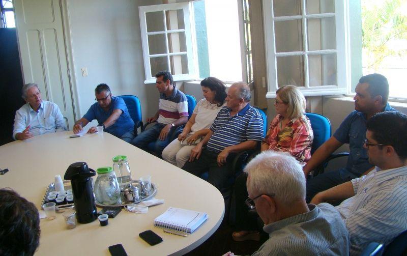 Prefeito João Carlos dos Santos em reunião com vereadores.