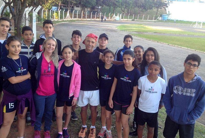 Aurélio no estádio Pedro Sola com professora e alunos da Escola Castro Alves, de Vera Cruz