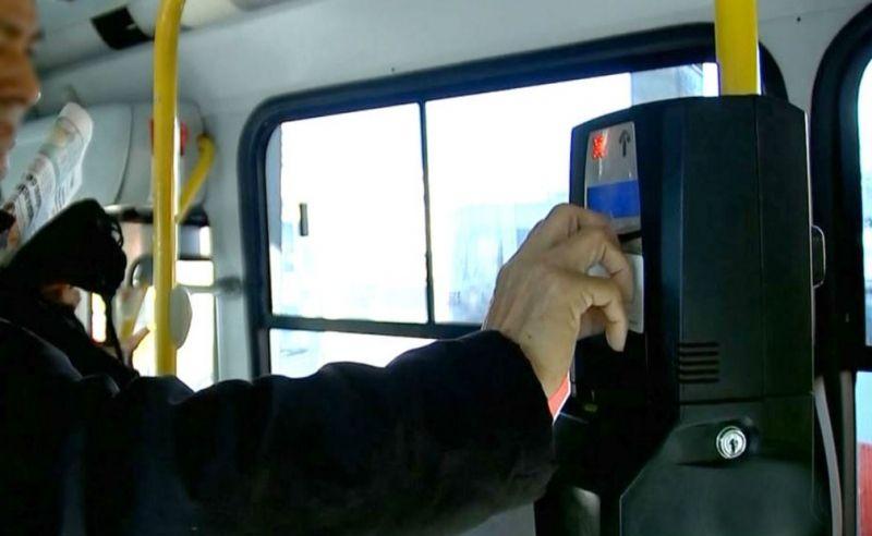 Projeto de lei quer proibir motorista de atender o cliente com o veículo parado