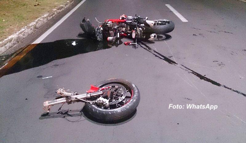 Moto partiu ao meio com a violência do acidente.