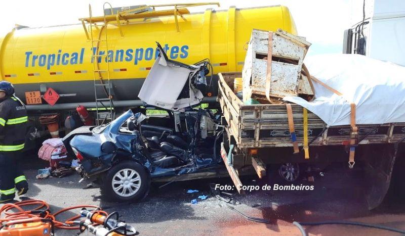 Um dos carros envolvidos no acidente. Vítimas ficaram presas nas ferragens