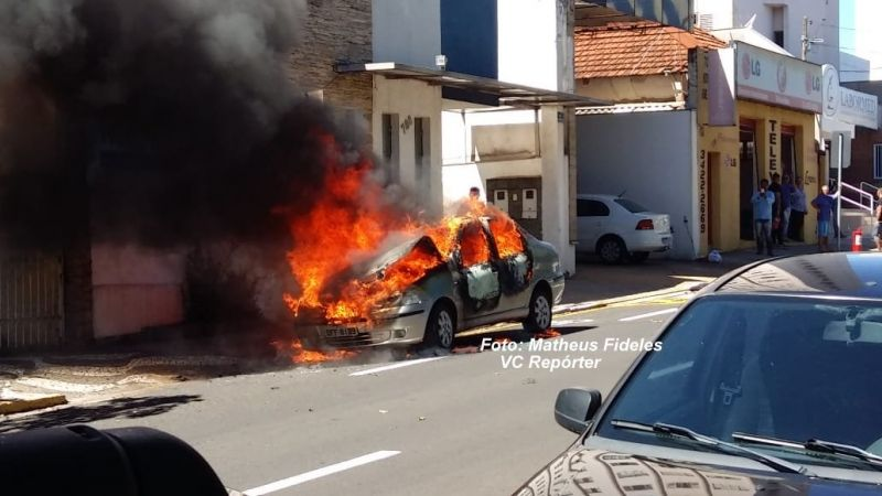 O fogo rapidamente atingiu todo o veículo