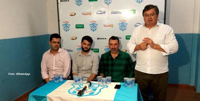 Presidente do MAC, Daniel Alonso, e diretoria com o novo técnico.