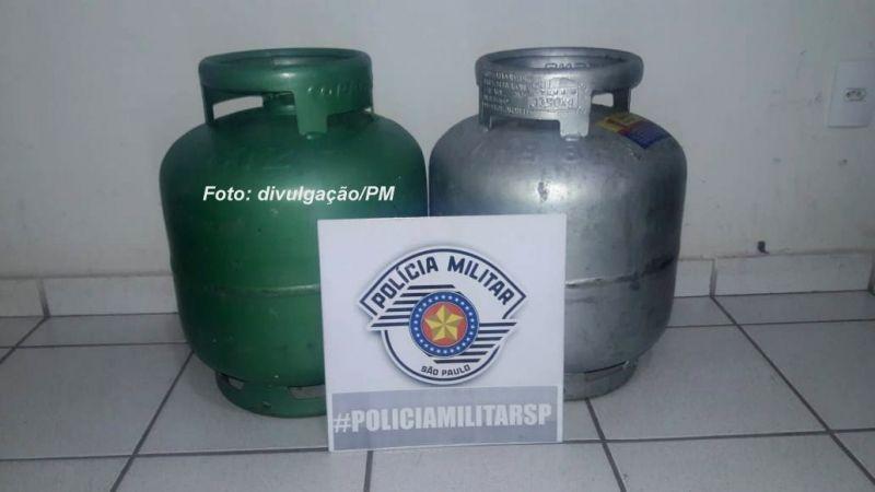 Os dois botijões de gás foram apreendidos e depois devolvidos ao dono do estabelecimento.