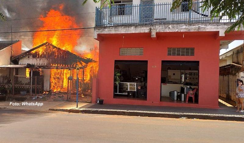 O imóvel está localizado entre casas e comércio que também podem ser atingidos pelo fogo