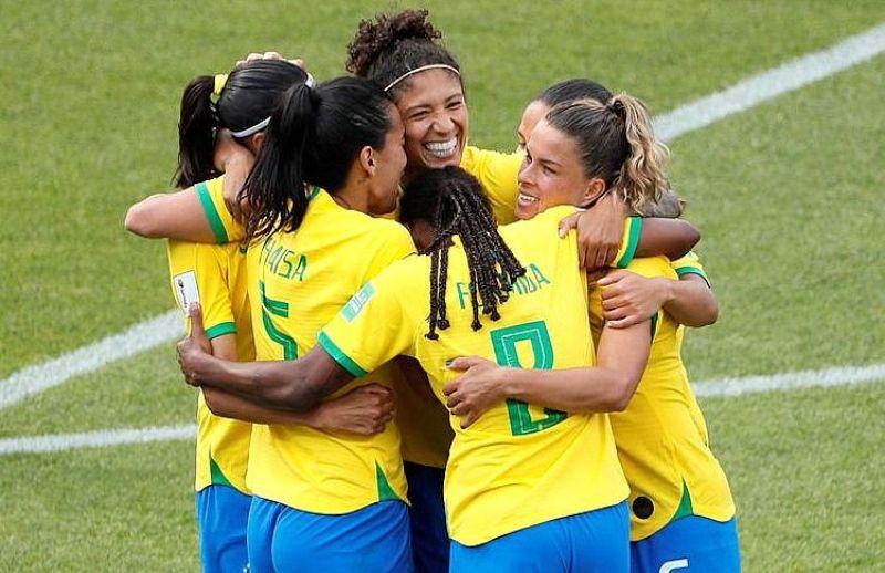 Jogadoras comemoram a vitória do Brasil.