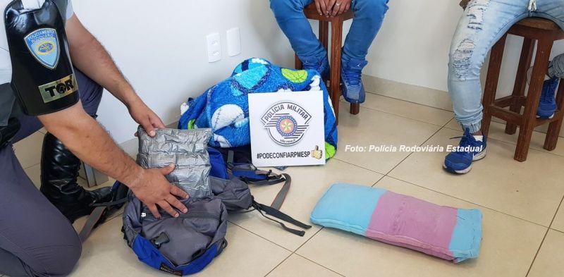 A cocaína estava escondida em fundos falsos das mochilas.