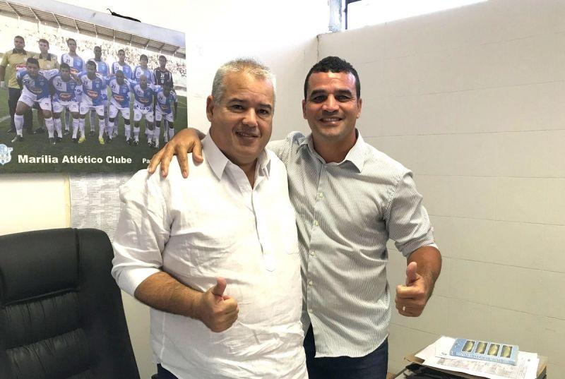 Ex-atacante Nei Bala com o secretário Eduardo Nascimento.