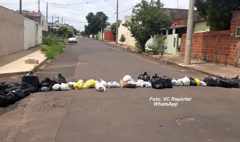 Com barricadas de lixo, moradores impedem trânsito na rua Rua Caetano Mota, zona sul da cidade.