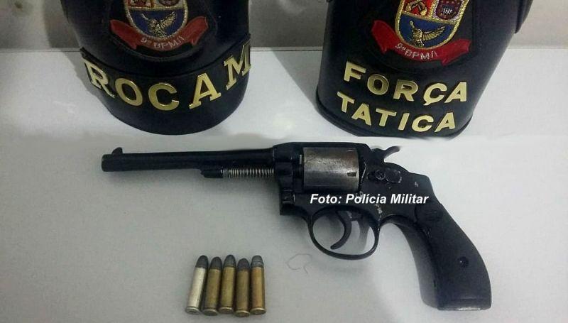 Arma que foi apreendida com a dupla suspeita de assaltos.
