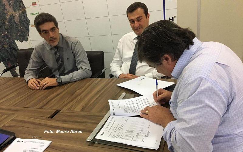Prefeito Daniel Alonso durante assinatura com contrato com a Caixa.