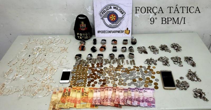 As porções de drogas (prontas para venda) e dinheiro apreendidos pela PM