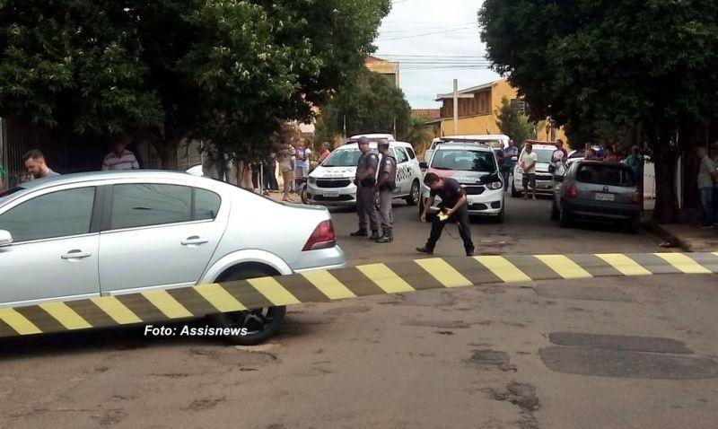 A vítima estava saindo de casa, em seu carro, quando foi cercada pelos criminosos