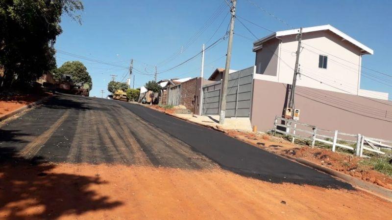 Trecho da rua José Muller, no Jardim Eldorado, que está sendo asfaltado.
