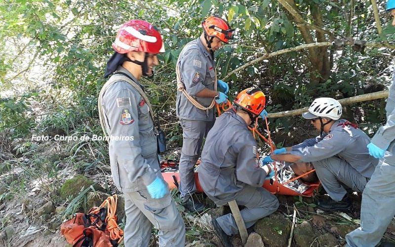 Equipes de salvamento dos Bombeiros chegam até ao local onde a vítima caiu.