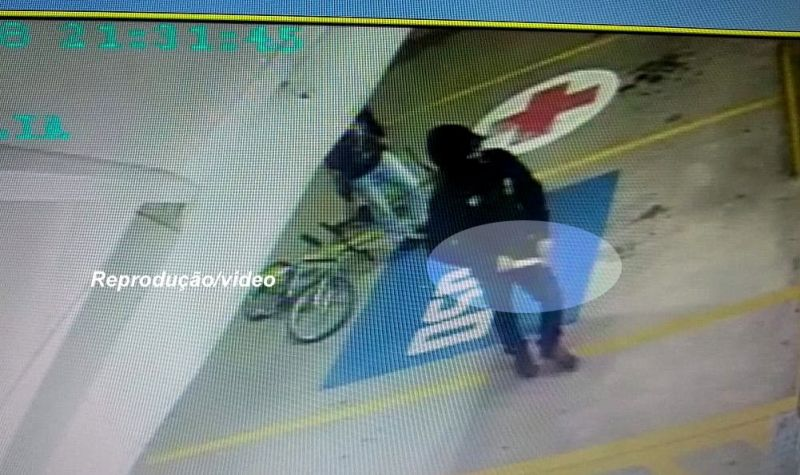 Criminoso armado com a faca entra na farmácia para praticar o assalto.