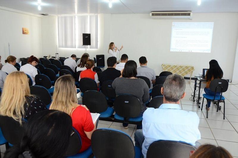 Representantes de empresas e órgãos durante apresentação da proposta.