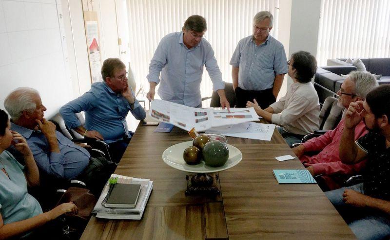 Integrantes do Conselho e lideranças durante reunião na Prefeitura.