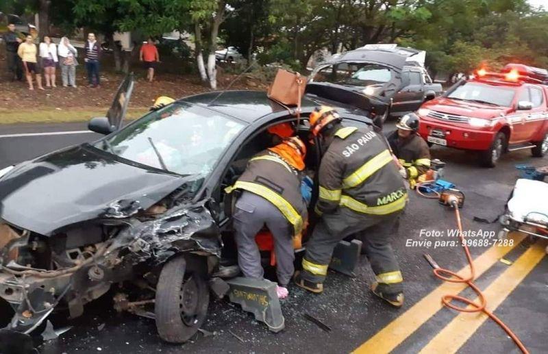 Equipes de salvamento retiram as vítimas das ferragens de um dos veículos.