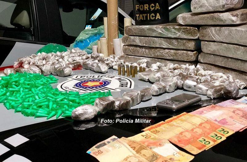 As porções de drogas (prontas para venda) e em tabletes apreendidas pela PM