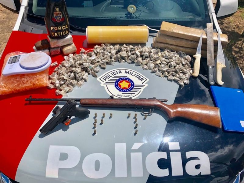 Drogas e armas apreendidas durante a operação