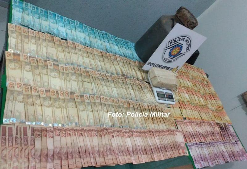 Drogas e dinheiro apreendido pelos policiais militares em Pompeia.
