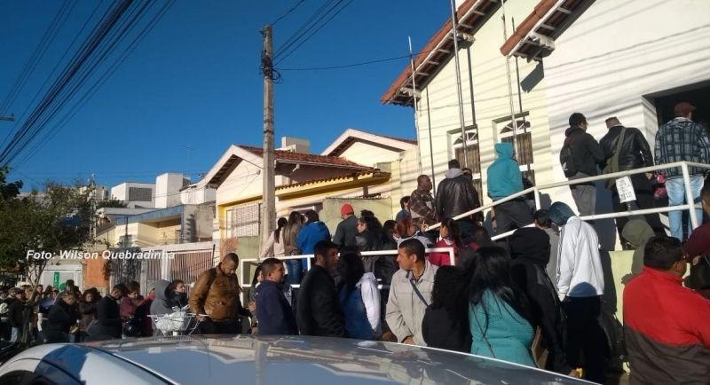 Centenas de candidatos foram hoje ao PAT na esperança de conseguir o emprego.