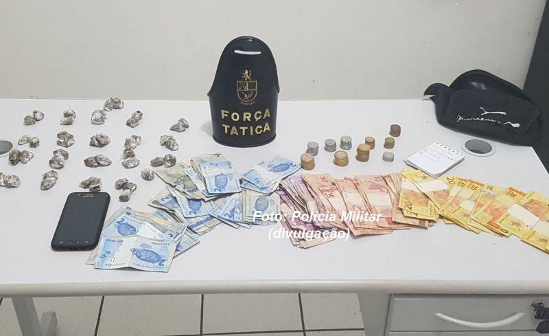 Porções de drogas e dinheiro apreendidos na operação da Força Tática nesta tarde.