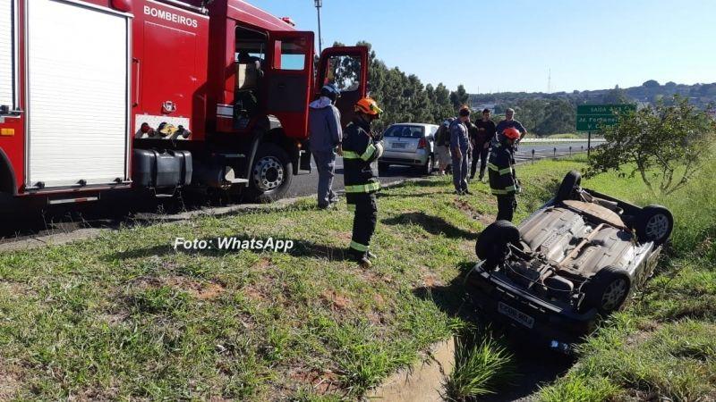 O carro caiu na valeta e acabou capotando. Apesar dos estragos, condutor não sofreu ferimentos.