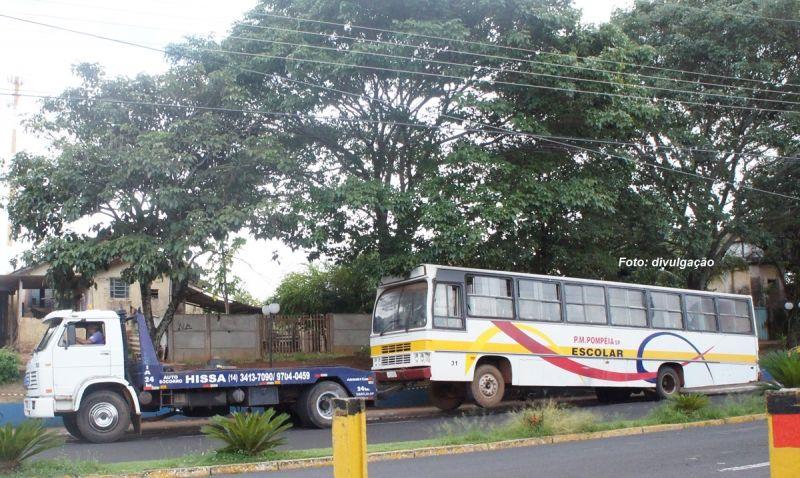 Ônibus quebrado foi guinchado até a avenida.