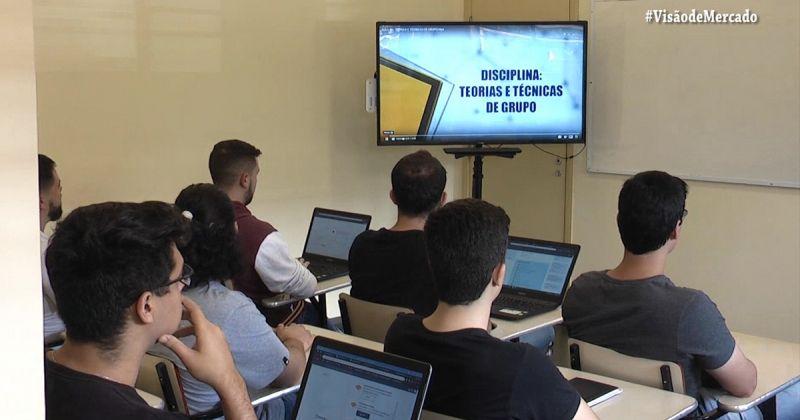 Materiais textuais e interativos, vídeo aula, discussões virtuais em tempo real com a participação dos professores e tutores, e encontros presenciais com os alunos
