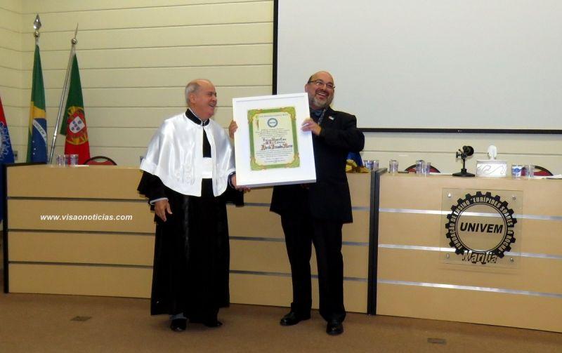 Professor Adérito recebe o título das mãos do reitor do Univem, dr. Luiz Carlos de Macedo Doares.
