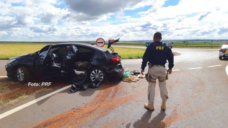 Carro foi perseguido pelos inspetores da PRF. Estava lotado de maconha