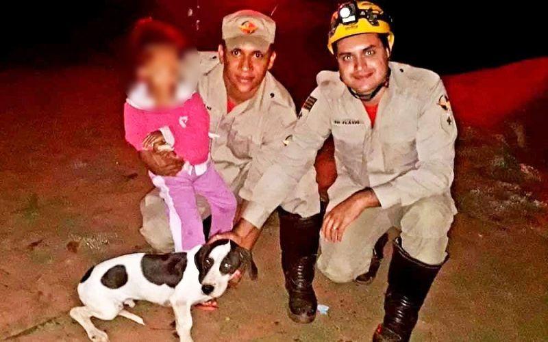 A criança e o cão ao serem localizados pelos Bombeiros.