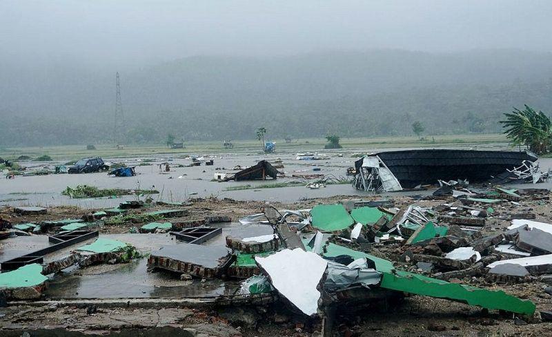 O tsunami destruiu 556 casas, nove hotéis e 360 navios.