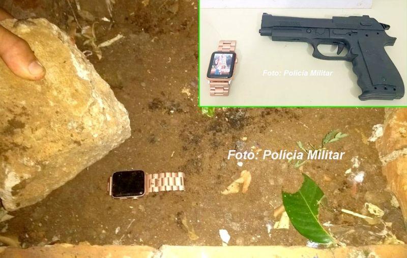 Local onde o relógio foi escondido e, no detalhe, a arma de brinquedo usada no assalto.