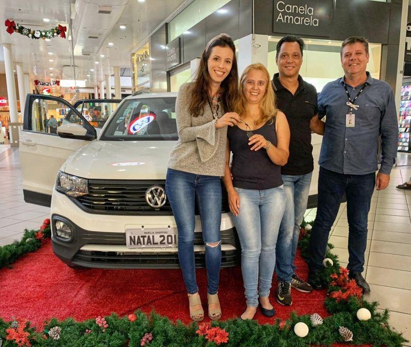 Sandra, ganhadora do T-Cross 0Km com Marcos Mori, gerente predial e Sammyra Catanzaro, coordenadora de marketing do Marília Shopping