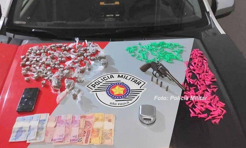 As porções de drogas (prontas para venda) e a arma apreendidas pela PM