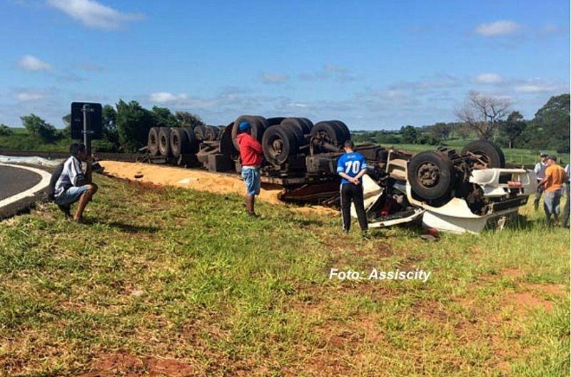 O caminhão capotou e o condutor morreu preso nas ferragens.