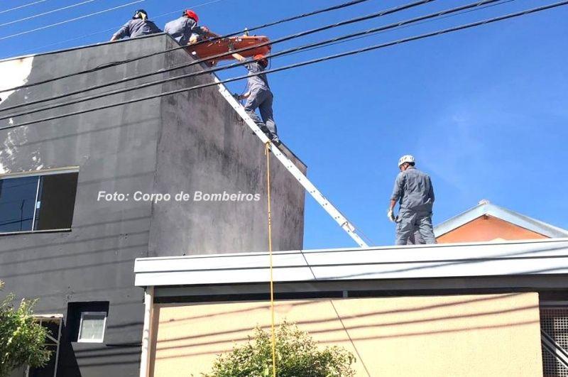 As equipes dos Bombeiros tiveram muito trabalho para resgatar a vítima do telhado.