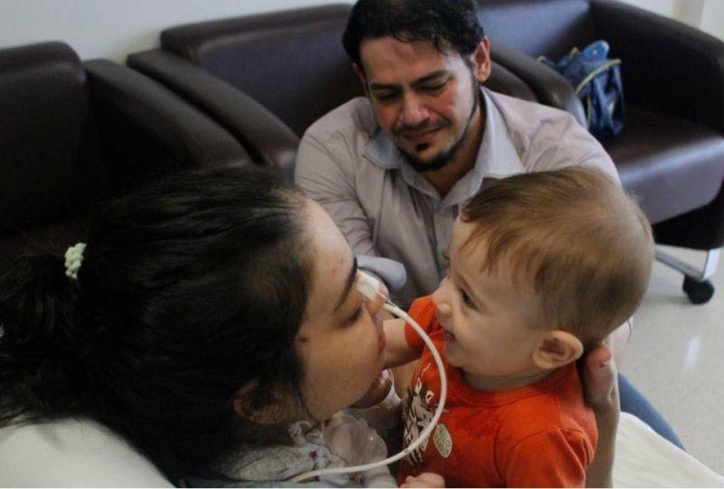 Michele reencontra o filhinho de sete meses. Na foto, ao lado do marido.