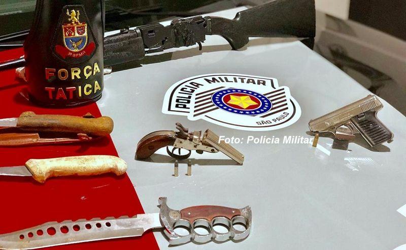 Verdadeiro arsenal, entre armas e facas, foi apreendido na casa após a briga e tiros.