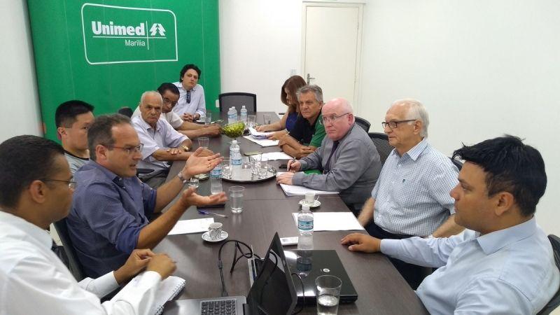 Diretores da ACIM e da Unimed Marília durante a primeira reunião do ano.
